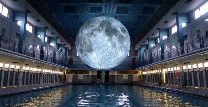 La luna encerrada en una piscina cubierta